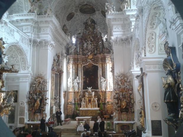 Die Klosterkirche dient auch der Gemeinde, wie hier bei einer Taufe.