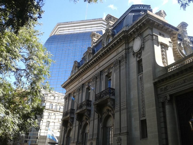 Der Palacio San Martin ist im Stil der Beaux Artes gestaltet und beherbergt heute das Außenministerium. Dahinter eine moderne Interpretation des Baustils.