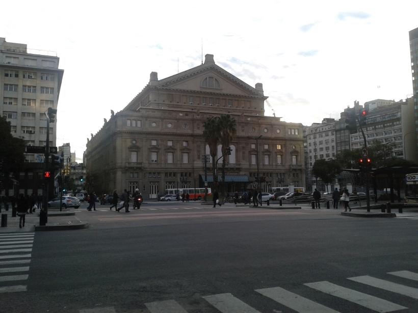Das Teatro Colon. Im hinteren Teil gibt es sogar noch eine überdachte Einfahrt für die Pferdekutschen.