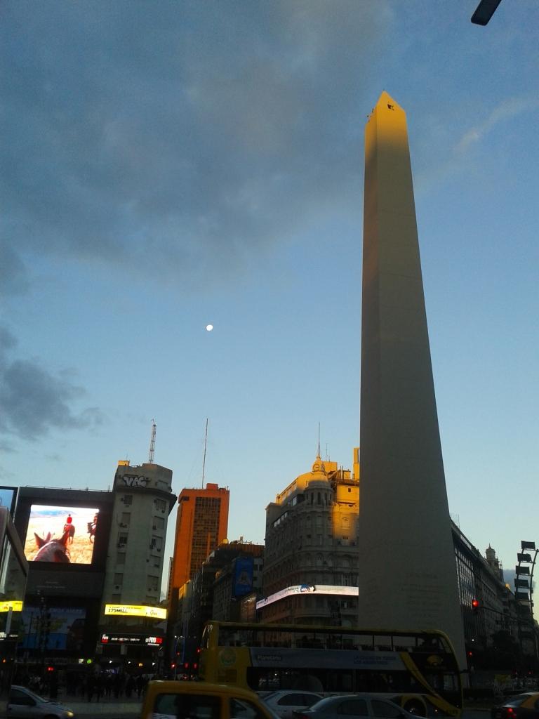 Vor dem Obelisken wird des Abends immer die argentinische Flagge eingeholt.