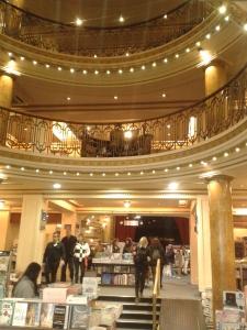 Schon der Eingangsbereich dieses ehemaligen Theaters ist pompös.