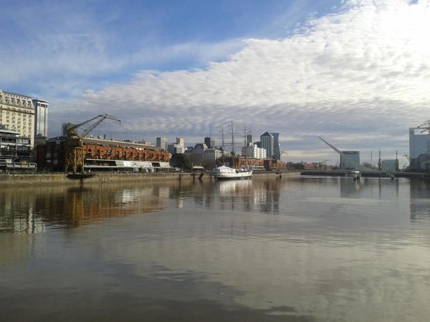 Das Hafengelände verbindet Altes und Neues. Im Hintergrund die Brücke der Frau.