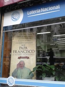 Während man in Bayern mit dem Geburtshaus von Benedikt XVI. wirbt, ist es hier der ehemalige Friseur von Papst Franziskus.
