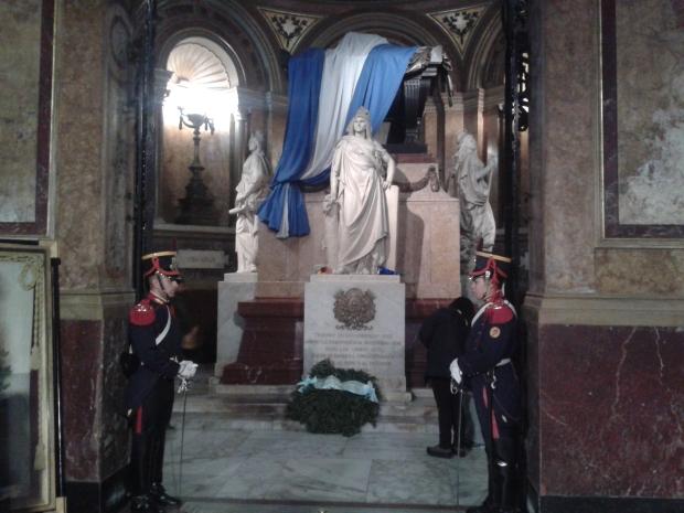 Die Ehrenwache vor dem Grab des Generals San Martin.