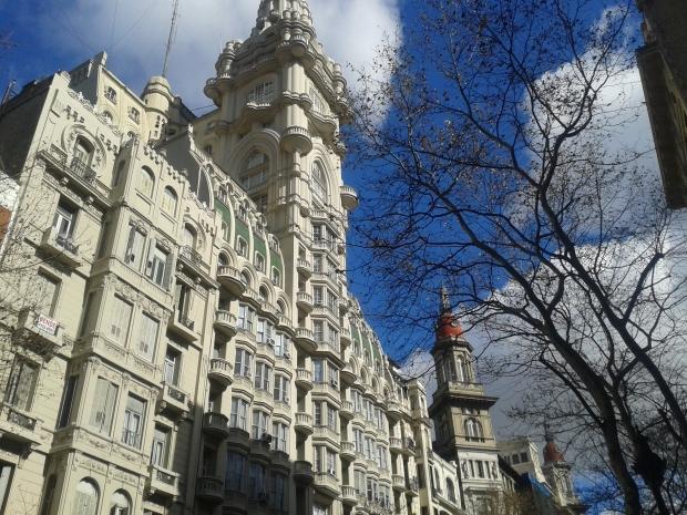 1890 kam Luis Barolo in das Land, machte Geld mit Strickwaren, und konnte 1919 bereits dieses Palast erbauen lassen, das damals höchste Gebäude Südamerikas.