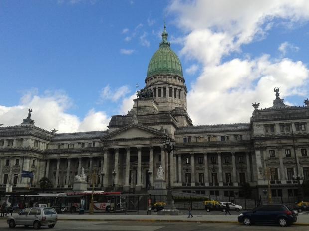 Der Kongress wurde 1906 eröffnet, ist also jünger als das Kapitol in Washington. Vor dem Gebäude ist der Kilometer Null der argentinischen Autobahnen.