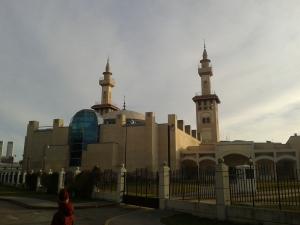 Die Moschee sieht etwas nach Lego-Stil aus.