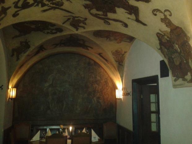 Die Florian Geyer Stube mit Kreuzgewölbe und Malereien, das Wandgemälde entstand wohl zwischen 1900 und 1920.
