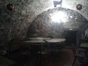 Das Gewölbe wirkt schon kühl, hinten im Eck geht ein halb verschütteter Gang tiefer rein ins Erdreich unter Dörflas.