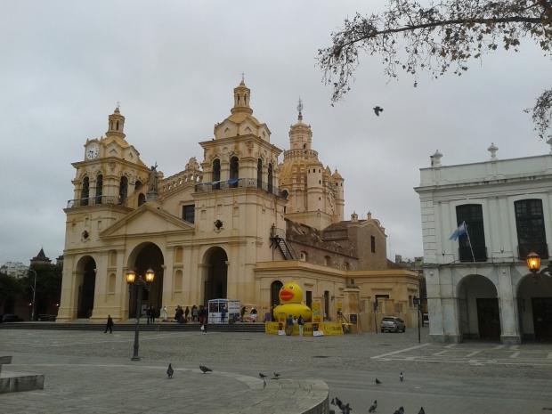 Die Kathedrale Cordobas. Die Ente daneben sammelt für wohltätige Zwecke.