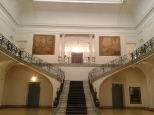 Die Eingangshalle des Museums, ganz oben widmen sich Plakate im volkstümlichen Totalitarismus-Style der Verehrung Evitas.