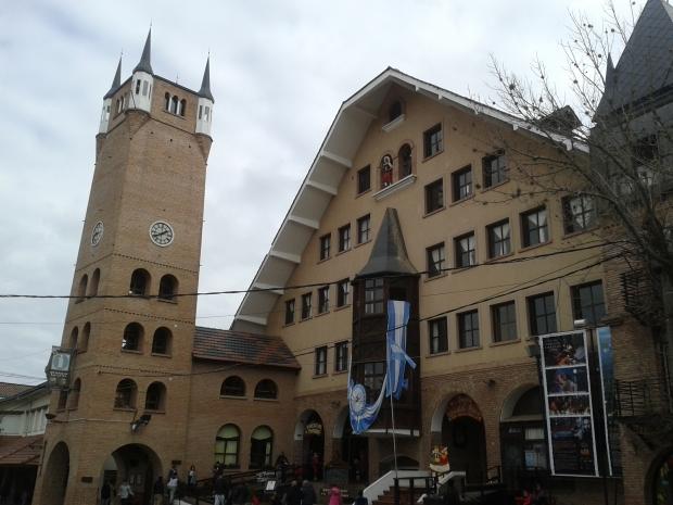 Das Rathaus nimmt wohl Anleihen irgendwo zwischen Schwarzwaldklinik und Straubing.