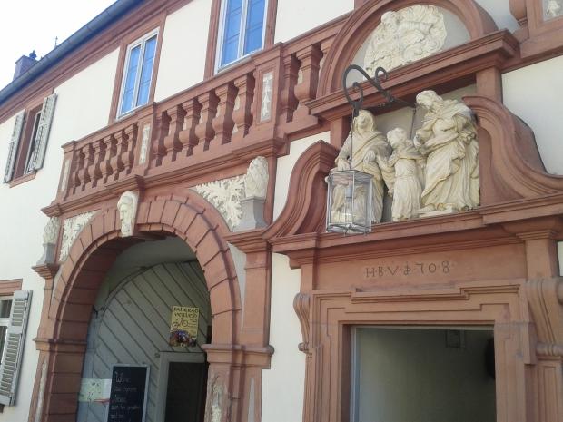 Prächtig das Eingangsportal mit der Heiligen Familie, Gottvater und dem Heiligen Geist über der kleineren Türe.