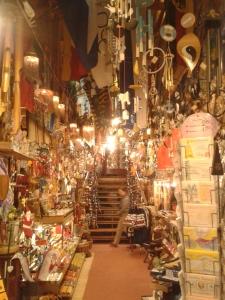 Der Antiquitäten- und Esoterikladen bietet buntes...