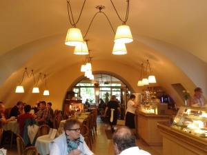 Der historischere Teil des Cafés Schlossmühle, die Lampen weisen schon auf die 50er oder 60er hin.