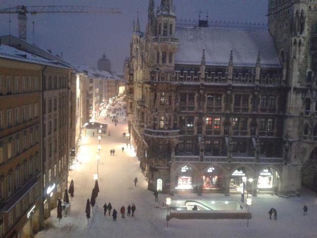 Vorne Rathaus, hinten Theatinerkirche, sehr beeindruckende Aussicht vom Glockenspiel.