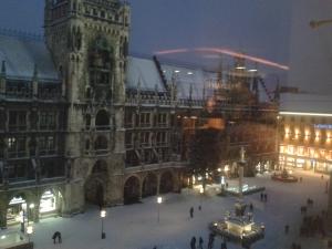 Der Marienplatz mit Mariensäule, Rathaus und Kaufhaus Ludwig Beck.