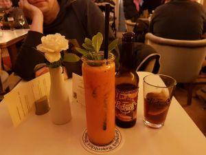 Nein, die orange Pampe mit dem Grünzeug gehört nicht zur Tischdeko, sondern ist ein hochgesunder Smoothie.